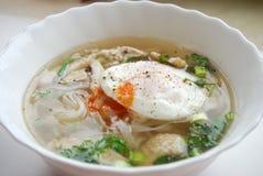 Κύπελλο του βιετναμέζικου pho κοτόπουλου με ένα λαθραίο αυγό Pho GA με το αυγό Στοκ Εικόνες