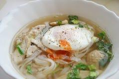 Κύπελλο του βιετναμέζικου pho κοτόπουλου με ένα λαθραίο αυγό Pho GA με το αυγό Στοκ εικόνα με δικαίωμα ελεύθερης χρήσης