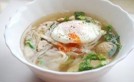Κύπελλο του βιετναμέζικου pho κοτόπουλου με ένα λαθραίο αυγό Pho GA με το αυγό Στοκ φωτογραφία με δικαίωμα ελεύθερης χρήσης