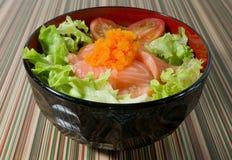 Κύπελλο του βρασμένου καλύμματος ρυζιού με το σολομό και το λαχανικό Στοκ εικόνα με δικαίωμα ελεύθερης χρήσης