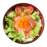 Κύπελλο του βρασμένου καλύμματος ρυζιού με το σολομό και το λαχανικό Στοκ Φωτογραφία