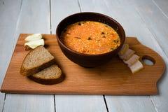 Κύπελλο του κόκκινου κρεμμυδιού ψωμιού σούπας εν πλω Στοκ εικόνες με δικαίωμα ελεύθερης χρήσης