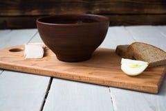 Κύπελλο του κόκκινου κρεμμυδιού ψωμιού σούπας εν πλω Στοκ φωτογραφία με δικαίωμα ελεύθερης χρήσης