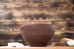Κύπελλο του κόκκινου κρεμμυδιού ψωμιού σούπας εν πλω Στοκ Φωτογραφία
