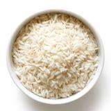 Κύπελλο του μεγάλων κόκκων άσπρου ρυζιού στο λευκό Στοκ εικόνα με δικαίωμα ελεύθερης χρήσης