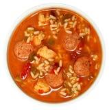 Κύπελλο του πικάντικων κοτόπουλου Cajun και της σούπας Gumbo λουκάνικων Στοκ φωτογραφίες με δικαίωμα ελεύθερης χρήσης