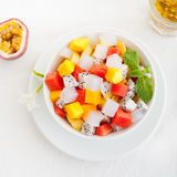 Κύπελλο του φρέσκου εξωτικού υγιούς προγεύματος σαλάτας φρούτων Στοκ Εικόνες