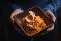 Κύπελλο του hummus και του ψωμιού με τα τσιπ στα χέρια των γυναικών Στοκ Εικόνα