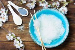 Κύπελλο των επίπεδων νουντλς ρυζιού στο ξύλινο υπόβαθρο Στοκ Φωτογραφίες