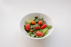 Κύπελλο των ντοματών κερασιών και της φυλλώδους σαλάτας Στοκ Εικόνα