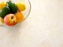 Κύπελλο των φρούτων στον πίνακα στοκ φωτογραφία με δικαίωμα ελεύθερης χρήσης