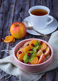 Κύπελλο oatmeal με τα φρούτα Στοκ Εικόνα