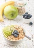 Κύπελλο oatmeal του κουάκερ με την πράσινους Apple, την μπανάνα, τα βακκίνια, τους σπόρους μελιού και Chia Στοκ φωτογραφία με δικαίωμα ελεύθερης χρήσης