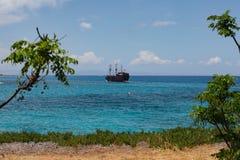 Κύπρος, Protaras, το Μάιο του 2018 Ένα σκάφος πειρατών πλέει θαλασσίως Στοκ Εικόνα