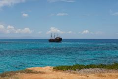 Κύπρος, Protaras, το Μάιο του 2018 Ένα σκάφος πειρατών πλέει θαλασσίως Στοκ εικόνες με δικαίωμα ελεύθερης χρήσης