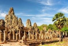 Κύρια άποψη του αρχαίου ναού Bayon σε Angkor Thom στον ήλιο βραδιού Στοκ Φωτογραφία