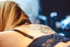 Κύρια γυναίκα δερματοστιξιών σε την πίσω Στοκ φωτογραφίες με δικαίωμα ελεύθερης χρήσης