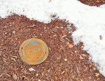 Κύρια κάλυψη νερού δίπλα στο λειώνοντας χιόνι στοκ εικόνα