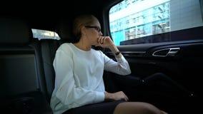 Κύρια κραυγή νεύρων στο βοηθό με τη ρίψη κινητών τηλεφώνων κινητή από το παράθυρο αυτοκινήτων απόθεμα βίντεο