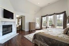 Κύρια κρεβατοκάμαρα με τη μαρμάρινη εστία στοκ εικόνες