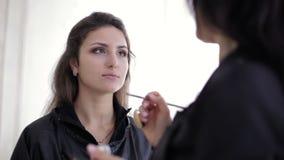 Κύρια μάτια βουρτσίσματος σύνθεσης με τη σκιά ματιών απόθεμα βίντεο