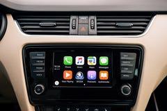 Κύρια οθόνη της Apple CarPlay του iPhone στο ταμπλό αυτοκινήτων Στοκ Εικόνες