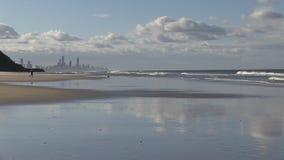 Κύρια παραλία και παραλία παραδείσου Surfer ` s, που βλέπουν από το Palm Beach, Gold Coast, Αυστραλία φιλμ μικρού μήκους