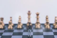 Κύρια στρατηγική σχεδίων της επιτυχούς έννοιας επιχειρησιακών ηγετών Μικροσκοπικός επιχειρηματίας αριθμού ανθρώπων μικρός που στέ στοκ φωτογραφία