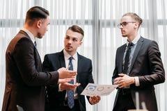 Κύρια συζήτηση ομάδων ηγεσίας επιχειρησιακών ενημερώσεων στοκ εικόνα με δικαίωμα ελεύθερης χρήσης