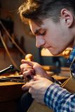 Κύρια χειροτεχνική πιό luthier εργασία στη δημιουργία ενός βιολιού προσεκτική λεπτομερής εργασία για το ξύλο Στοκ φωτογραφίες με δικαίωμα ελεύθερης χρήσης