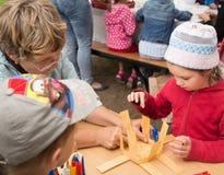 Κύριες λαϊκές τέχνες παιδιών διδασκαλίας κατηγορίας που υφαίνουν ένα καλάθι Στοκ εικόνες με δικαίωμα ελεύθερης χρήσης