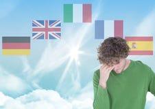 κύριες γλωσσικές σημαίες γύρω από το νεαρό άνδρα 1 ανασκόπηση καλύπτει το νεφελώδη ουρανό Στοκ Φωτογραφίες