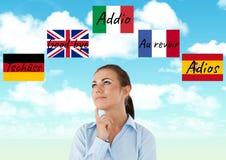 κύριες γλωσσικές σημαίες με τα κύματα γύρω από τη νέα σκέψη γυναικών 1 ανασκόπηση καλύπτει το νεφελώδη ουρανό Στοκ Εικόνες