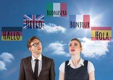 κύριες γλωσσικές σημαίες με τα κύματα γύρω από τον άνδρα και τη γυναίκα 1 ανασκόπηση καλύπτει το νεφελώδη ουρανό Στοκ Εικόνες