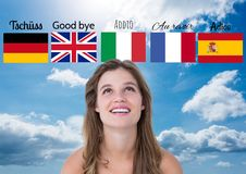 κύριες γλωσσικές σημαίες με τις λέξεις πέρα από τη νέα ευτυχή γυναίκα 1 ανασκόπηση καλύπτει το νεφελώδη ουρανό Στοκ φωτογραφία με δικαίωμα ελεύθερης χρήσης