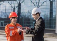 Κύριος δίνοντας μισθός σε έναν φάκελο και ένα χαμόγελο χέρι μετρητών στοκ φωτογραφίες