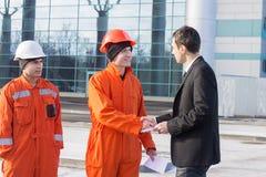 Κύριος δίνοντας μισθός σε έναν φάκελο στοκ εικόνα με δικαίωμα ελεύθερης χρήσης