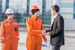 Κύριος δίνοντας μισθός σε έναν φάκελο στοκ φωτογραφία με δικαίωμα ελεύθερης χρήσης