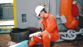 Κύριος ανώτερος υπάλληλος στο κατάστρωμα του πλοίου ή του σκάφους με τον πίνακα ελέγχου απόθεμα βίντεο