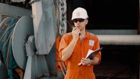 Κύριος ανώτερος υπάλληλος στο κατάστρωμα του πλοίου ή του σκάφους με τον πίνακα ελέγχου φιλμ μικρού μήκους