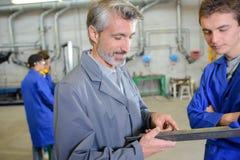 Κύριος εκπαιδευόμενος ενημερώσεων στο εργοστάσιο στοκ εικόνες