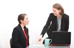 0 κύριος επιπλήττοντας υπάλληλος σε μια επιχειρησιακή συνεδρίαση Στοκ Φωτογραφία