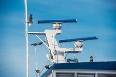 Κύριος ιστός του επιβατηγού πλοίου με τον εξοπλισμό ναυσιπλοΐας στοκ φωτογραφία με δικαίωμα ελεύθερης χρήσης