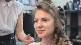 Κύριος κάνοντας hairstyle ένα κορίτσι στο σαλόνι ομορφιάς απόθεμα βίντεο