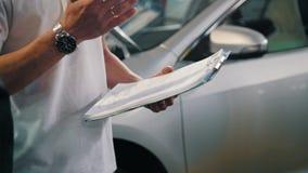 Κύριος και εργαζόμενος που ελέγχουν το αυτοκίνητο - αυτόματη υπηρεσία γκαράζ - μικρή επιχείρηση απόθεμα βίντεο