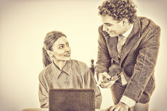 Κύριος και χαμογελώντας γραμματέας που εργάζεται μαζί στο lap-top Στοκ εικόνες με δικαίωμα ελεύθερης χρήσης