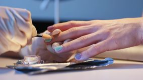 Κύριος καρφιών που κάνει το μοντέρνο καθιερώνον τη μόδα μανικιούρ καθρεφτών απόθεμα βίντεο