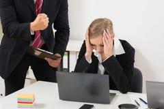 Κύριος κατηγορώντας έναν υπάλληλο για τα κακά αποτελέσματα Στοκ εικόνα με δικαίωμα ελεύθερης χρήσης