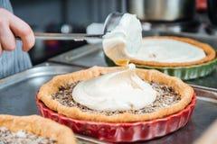 Κύριος μάγειρας που κατασκευάζει την παραδοσιακή γαλλική πίτα με την κρέμα και την πλήρωση Στοκ εικόνες με δικαίωμα ελεύθερης χρήσης