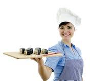 κύριος μάγειρας που κρατά τα όμορφα σούσια Στοκ φωτογραφία με δικαίωμα ελεύθερης χρήσης